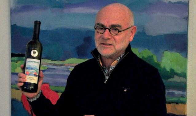 Henk Hulshof krijgt 'IJsselpracht', de wijn met zijn schilderij op het etiket. Foto: Cor Huisman