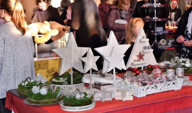 Ook dit jaar weer een diversiteit aan producten tijdens de Baakse kerstmarkt in het Martinushuus. Foto: Alice Rouwhorst