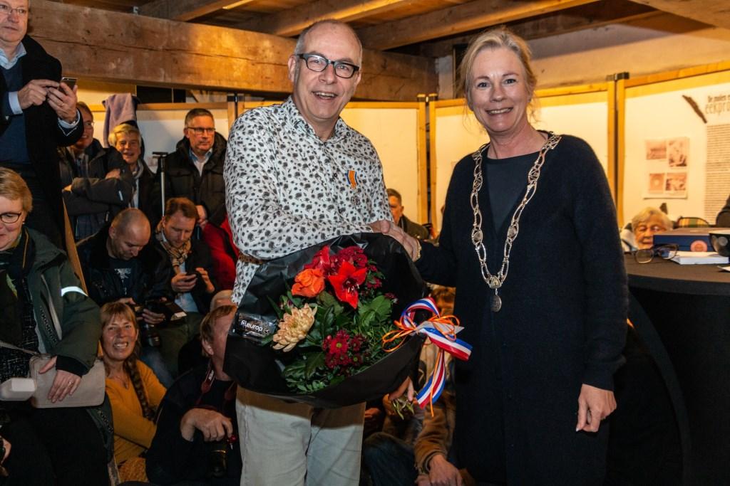 Dirk-Jan Abelskamp ontving de koninklijke onderscheiding uit handen van burgemeester Annemieke Vermeulen. Foto: Henk Derksen  © Achterhoek Nieuws b.v.