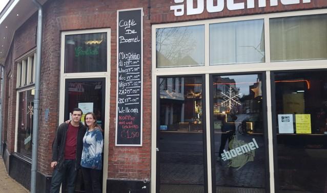 Uitbaatster Daniella van Druten samen met haar zoon Jeremy voor café De Boemel in Groenlo. Foto: Kyra Broshuis