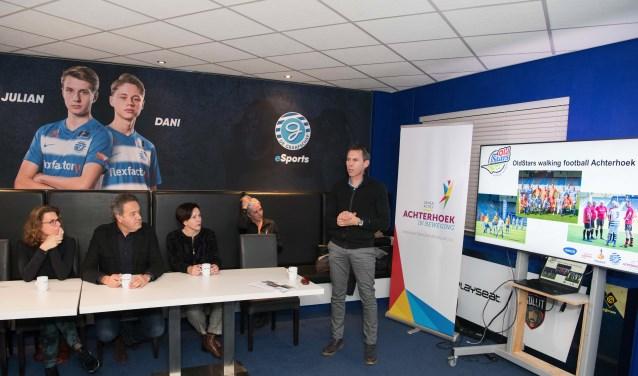 Ernst Jan Somsen (r) doet verslag namens OldStars Walking Football Achterhoek. Links mevr. Corina Gielbert van het ouderenfonds. Foto: Carlo Stevering Fotografie