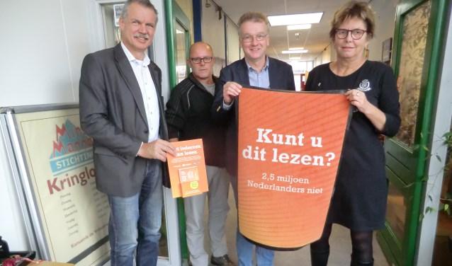 Peter van de Wardt, Rens Hasselman, Kor Datema en Hetty Wolf (vlnr) bij de start van de actie rond laaggeletterdheid. Foto: Walter Hobelman