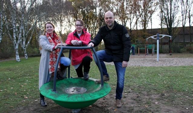 Petra Blom, Elly Loskamp en Marnix Schoppers staan rondom de nieuwe carrousel. Foto: Liesbeth Spaansen