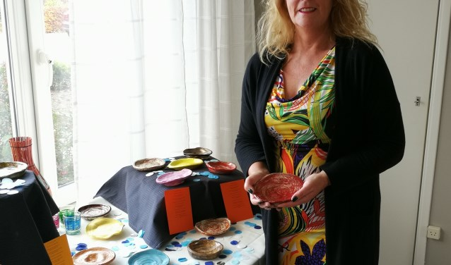 Petra Kool met haar gelukskunst. Foto: Rob Weeber