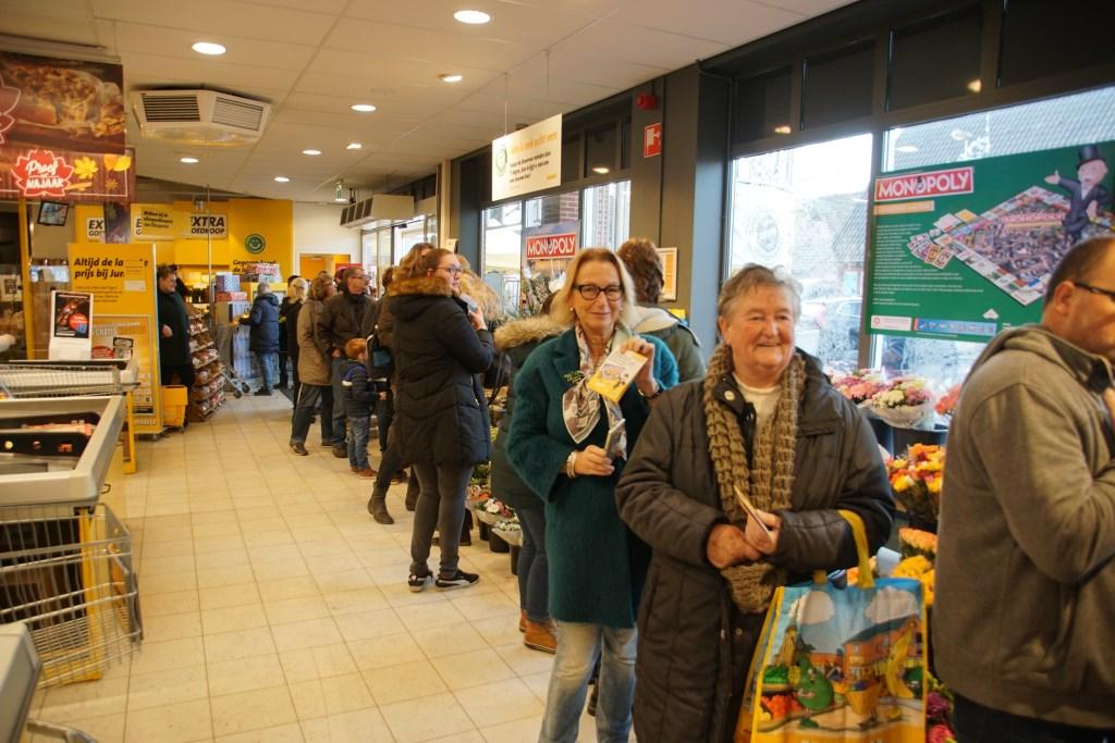 Zelfs vanuit Aalten kwamen mensen om een spel te halen. Foto: Frank Vinkenvleugel  © Achterhoek Nieuws b.v.