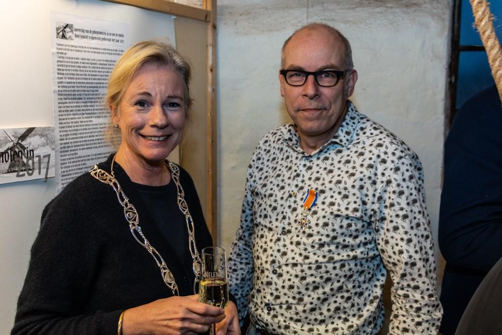 Burgemeester Vermeulen en Dirk-Jan Abelskamp na het opspelden van de versierselen. Foto: Henk Derksen  © Achterhoek Nieuws b.v.