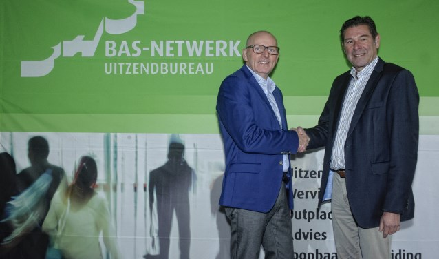 Jan Spekschoor (links)  feliciteert Jan Derks met de overname van BAS-Netwerk bv. Foto: Han te Hennepe