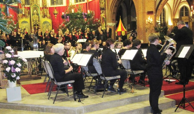 Muziekvereniging Groenlo tijdens een eerder verzorgd concert, samen met Vocales in de Calixtusbasiliek. Foto: Theo Huijskes