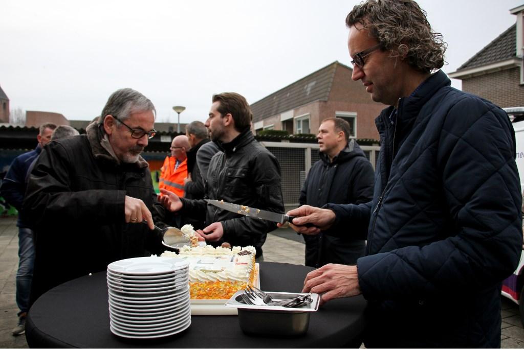 Sander Burggraaf snijdt taart voor de ingebruikname van de eerste slimme led armatuur in de gemeente Bronckhorst. Foto: Liesbeth Spaansen  © Achterhoek Nieuws b.v.