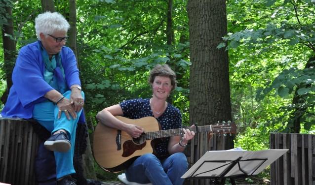 1.Ankh Gussinklo en Wilma Pastors-Scholten verzorgen de verhalen en muziek tijdens de viering van 'de wende'. Foto: PR