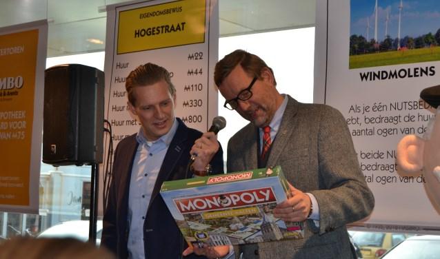Tijn Leussink (links) en burgemeester Anton Stapelkamp bekijken het spel. Foto: Karin Stronks