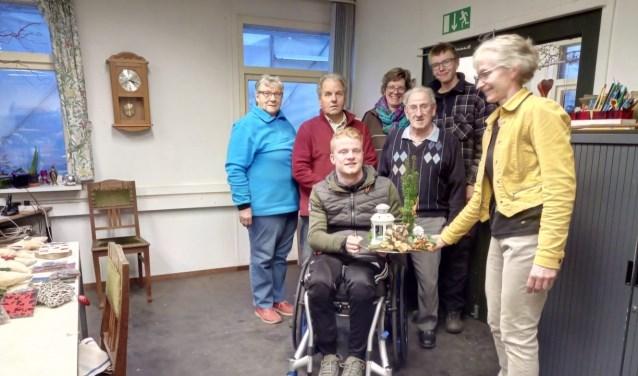 Carsten  Jansen met mensen van zorgkwekerij Aaldering De Stek. Foto: PR