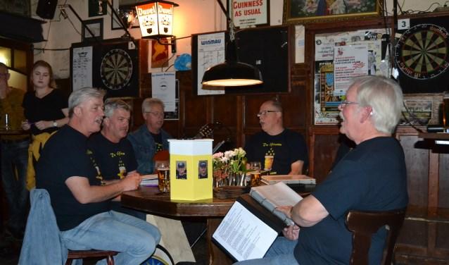 De Glazen Boterham zangers zingen bij oerkroeg Schiller.Foto: Karin Stronks
