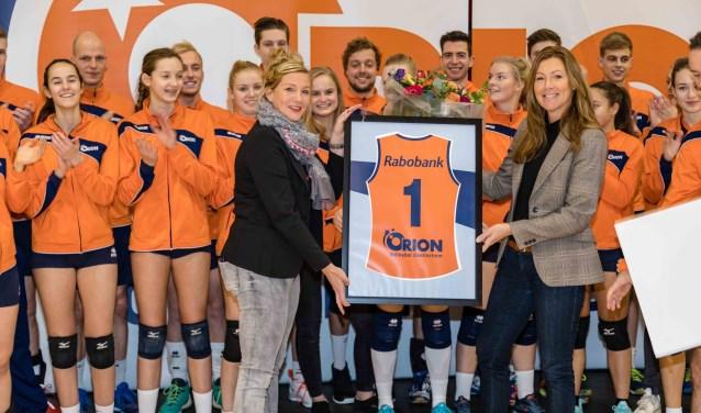 Judith Banning en Laura Stalp (beiden Rabobank) presenteren het nieuwe shirt aan de Orion-vrouwen. Foto: Robert van de Gevel