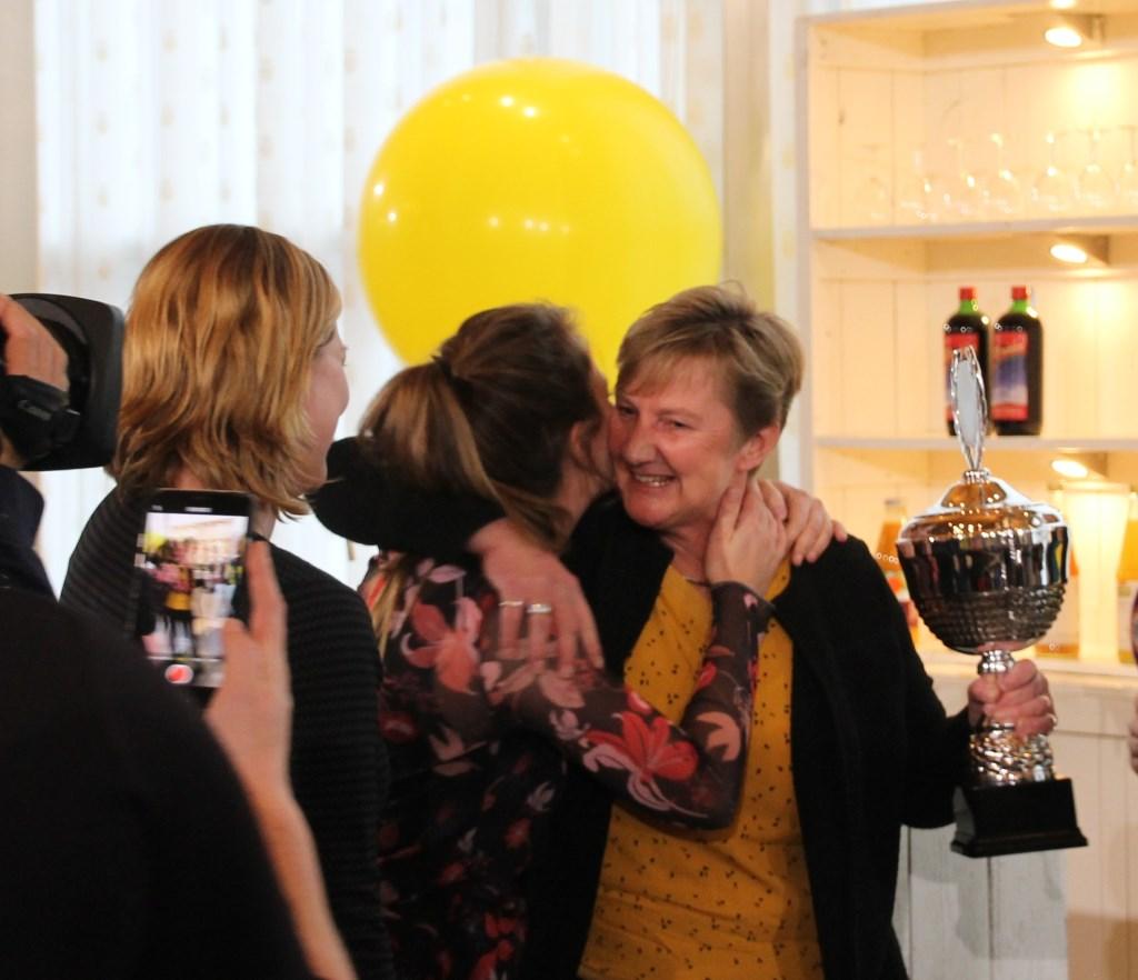 Jacqueline IJzereef feliciteert Marloes en Jolien met de overwinning. Foto: Annekée Cuppers  © Achterhoek Nieuws b.v.