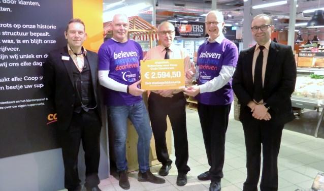 De overhandiging van de cheque van de Coop aan de organisatie van de SamenLoop voor Hoop. Foto: PR