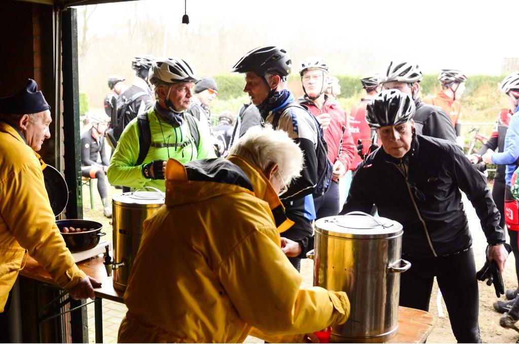 Bij de controle/verzorgingspost onderweg worden een drankje, warme bouillon en ook de traditionele gehaktballetjes en broodjes verstrek. Foto: Achterhoekfoto.nl/Paul Harmelink  © Achterhoek Nieuws b.v.