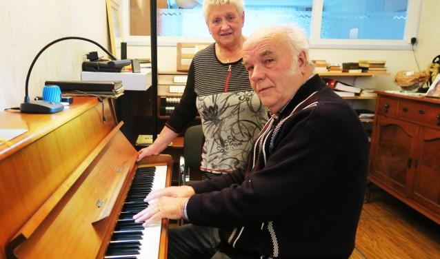 Joop en Hannie Abbink thuis in de (repetitie)kamer. Foto: Theo Huijskes