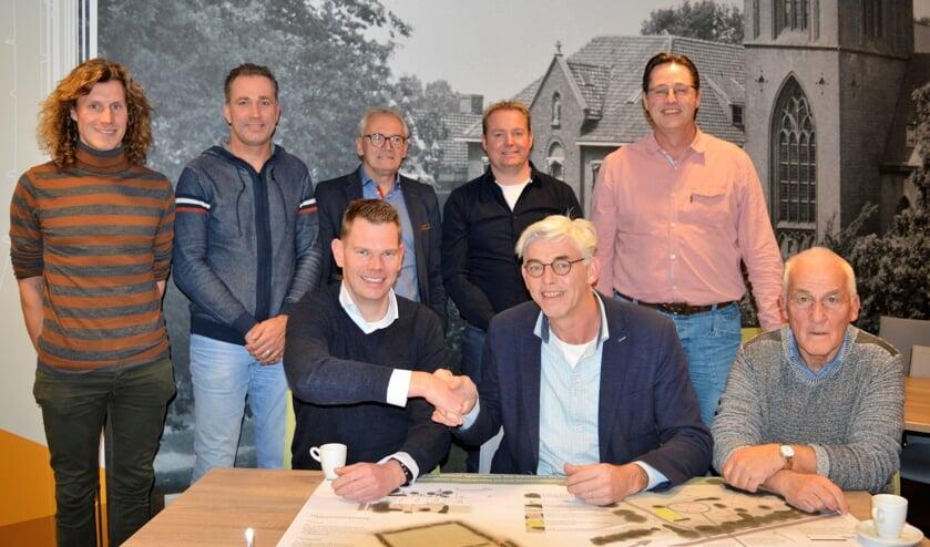 Op de voorgrond links voorzitter SSB Mark Ribbers en rechts Theo Helmers van VIOS Beltrum. Foto: Marco Heutinck