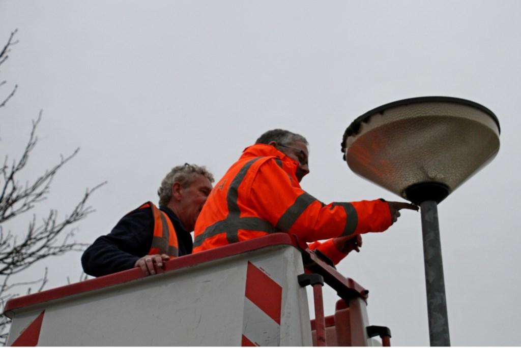 Verwijderen van oude verlichting voor aanbrengen van eerste slimme ledverlichting in de gemeente Bronckhorst in Steenderen. Foto: Liesbeth Spaansen  © Achterhoek Nieuws b.v.