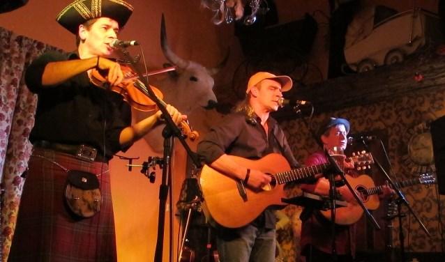 Het trio 'Other Roads' met (vlnr) fiddler Gregor Borland, gitarist/zanger Pete Abbott en gitarist/zanger David Walmisley. Foto: PR