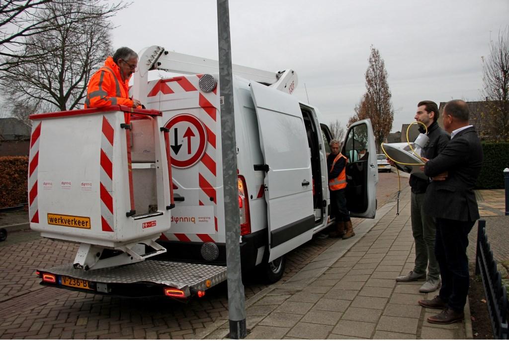 Aanbrengen van eerste slimme ledverlichting in de gemeente Bronckhorst in Steenderen. Foto: Liesbeth Spaansen  © Achterhoek Nieuws b.v.