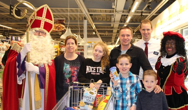 De blije familie Roosendaal met de manager van de Jumbo, Michiel Postma, samen met Sint en Piet. Foto: Marlous Velthausz