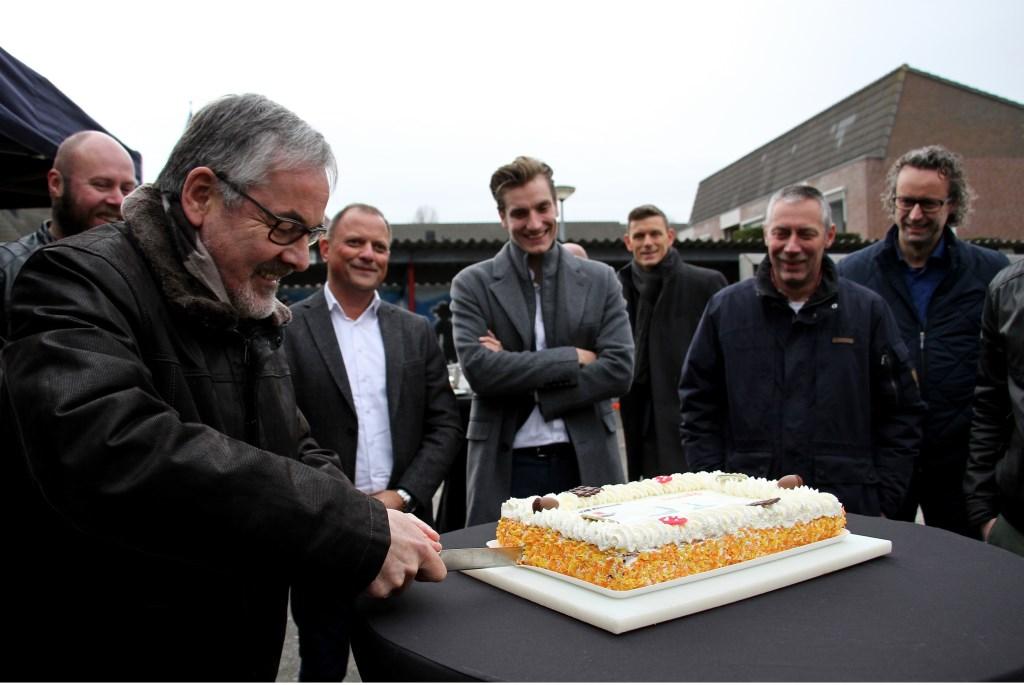 Evert Blaauw snijdt taart voor de ingebruikname van de eerste slimme led armatuur in de gemeente Bronckhorst. Foto: Liesbeth Spaansen  © Achterhoek Nieuws b.v.