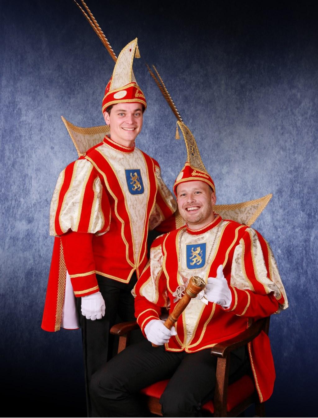 Zittend prins Ivo I en staand adjudant Mark van CV De Knunnekes tijdens de carnavalscampagne 2018-2019. Foto: PR CV De Knunnekes  © Achterhoek Nieuws b.v.