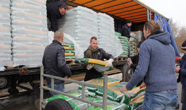 De zakken compost, koemest of tuingrond worden door de vrijwilligers thuisbezorgd. Foto: PR