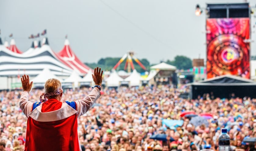 Tante Rikie krijgt 65.000 man aan het meezingen. Dat maakt haar een bijzondere Achterhoeker. Foto: Zwarte Cross