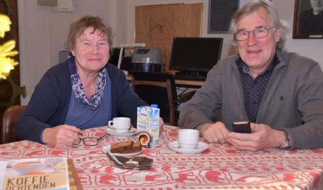 Trees Schut en Gerrit Jan Temmink zijn de kartrekkers van de koffieochtenden in het Martinushuus. Foto: Alice Rouwhorst