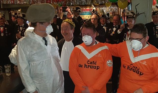 Vlnr Jan Kruip, Gerard klein Gunnewiek, Jeroen Doest en Remco Brockötter werden veroordeeld tot het meelopen in de optocht. De 'keien' met de kei en de twee Knunnekesleden in een Longa-shirt. Foto: Kyra Broshuis