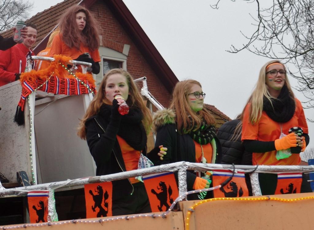 Het dames voetbalteam deelde een sneer uit naar de voetballende grootverdieners. Foto: Henri Walterbos © Achterhoek Nieuws b.v.