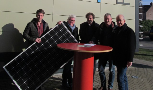 Pim van Bussel, Albert Ordelman, Hans Reede en Ruud Krabbenborg (vlnr) met een zonnepaneel. Foto: Bert Vinkenborg