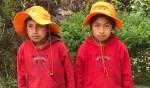Een Peruaans kind met een nieuwe trui (r) en zijn broertje (l) met een oude. Foto: PR
