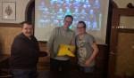 Hans Klanderman en Cornelis Corbet worden na hun presentatie over het toernooi door voorzitter Frank Peeters van de businessclub gefeliciteerd met deze bijdrage. Foto: Edwin Bollen