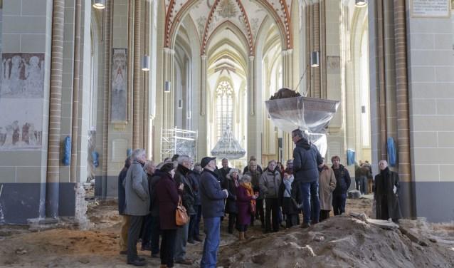 Stadsarcheoloog Michel Groothedde vertelt de genodigden over de ruim 250 unieke munten uit 1400-1830 die gevonden zijn bij het archeologisch onderzoek in de kerk. Foto: Patrick van Gemert