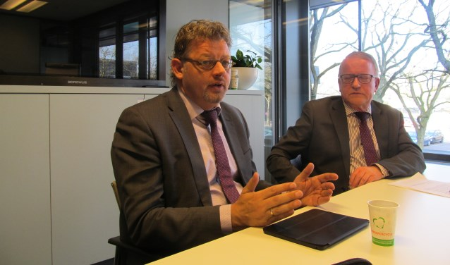 Wethouders Peter Drenth en Jos Sluiter (r) over het project ZomerOndernemer. Foto: Bert Vinkenborg