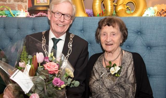 Locoburgemeester Oege Bosch kwam mevrouw Kip-Oostenenk feliciteren. Foto: PR