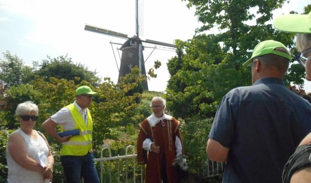 Stadsgids Prins Maurits in actie bij een rondleiding. Foto: PR