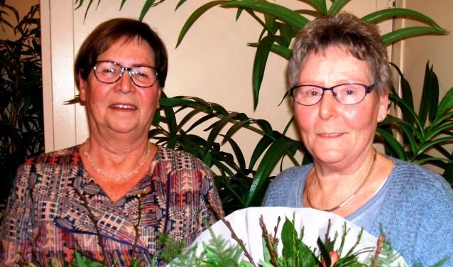 Elly Leuverink en Joke Buiting (r) werden gehuldigd. Foto: Reinier Kroesen