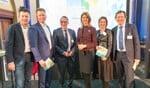 Wethouders Han Boer (Berkelland), Jan Engels (Bronckhorst) en Jos Sluiter (Oude IJsselstreek), staatssecretaris Mona Keijzer en wethouders Ilse Saris (Winterswijk) en Gerard Nijland (Aalten). Foto: PR