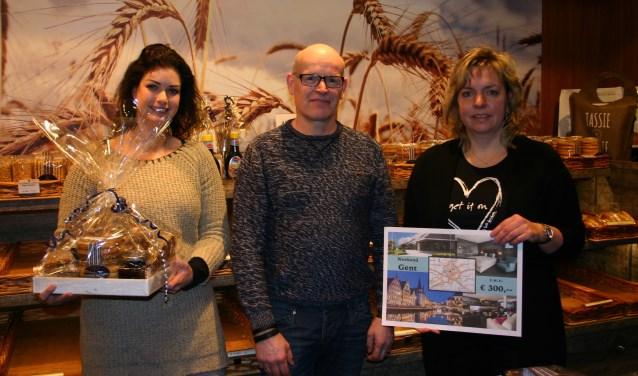 Bakker Henri Scholten met de prijswinnaressen Moniek Reindsen (l) en Astrid Groote Haar. Foto: PR