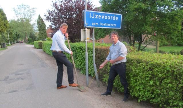Jan Scholten en Jeroen Stern (r) van de Werkgroep Glasvezel Slangenburg-Heidenhoek. Foto: Bert Vinkenborg