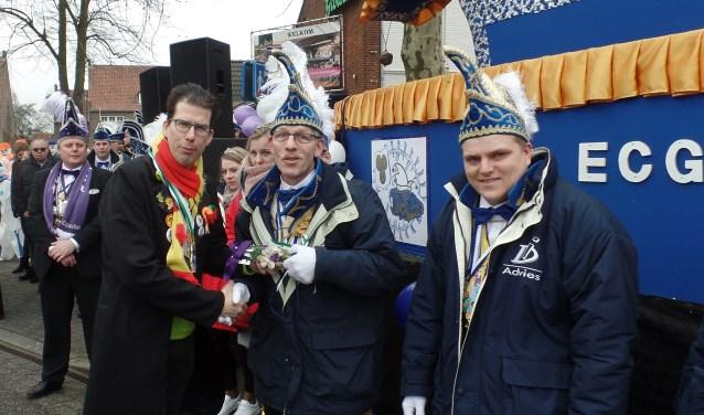 Burgemeester overhandigt de sleutel aan Prins Henri.