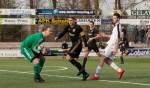 FC Winterswijk-doelman Niels Janssen grijpt in voordat Quick 1888-aanvaller Dimitri Vrehe gevaarlijk kan worden. Aanvoerder Joost Mulder, Justin de Zwart (tussen Mulder en Vrehe) en Drejton Pepa (achtergrond) kijken toe. Foto: Marco ter Haar.