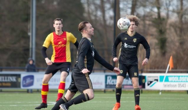 Ralph van der Burg probeert tegen Stevo de bal onder controle te brengen. Op de achtergrond kijkt zijn medespeler Lenn Redeker toe. Foto: Marco ter Haar.