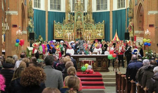 Carnavalsviering 2018 met centraal Roos en Noor. Foto: Theo Huijskes