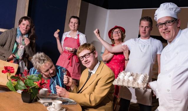 Mevrouw van Schie (gespeeld door Ida Leijenhorst), mede eigenaar van de bakkerij, overtuigt namelijk haar man Theo van Schie (Erwin Bannink) met een briljant idee om de bakkerij nieuw leven in te blazen. Foto: Mark Koeleman.